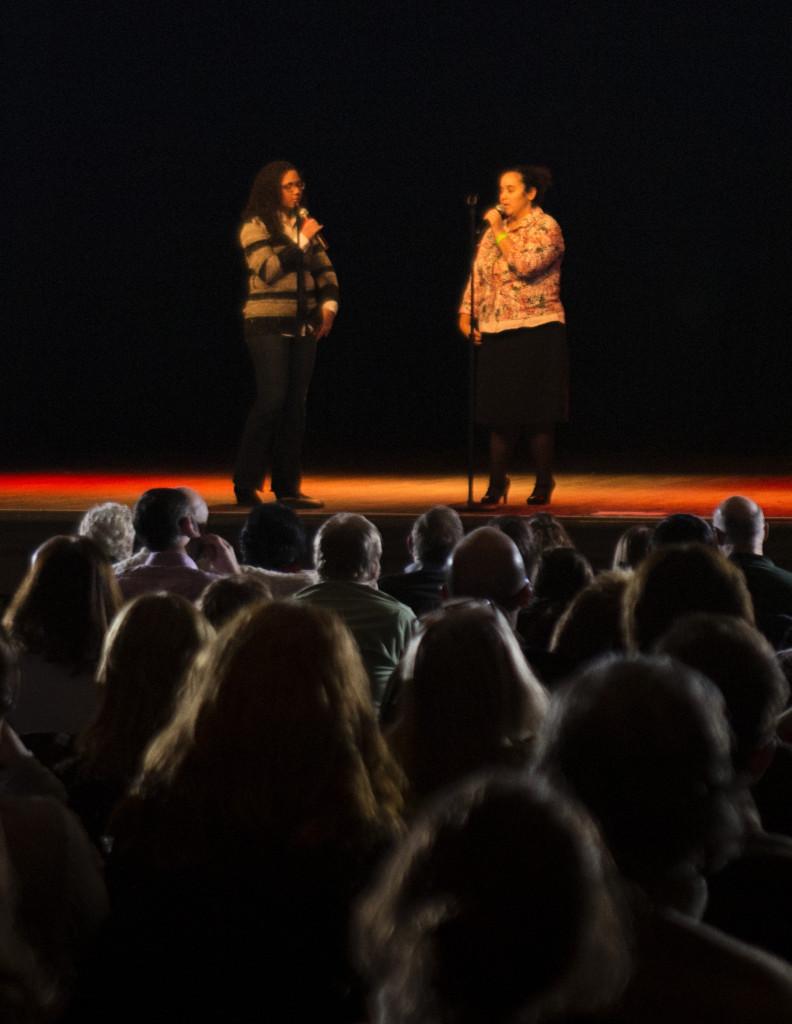 Joelisa cuenta su historia personal y Maria hace la traducción al inglés. Fue como parte del December Spectacular en 2014.