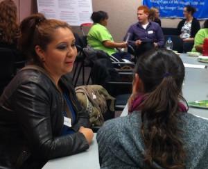 Participantes en un taller de Ex Fabula, contando historias en grupos pequeños
